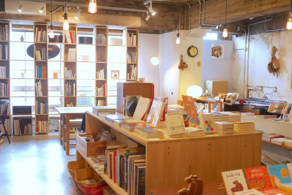 BOOK AND PRINTS KAGIYAビル 本屋